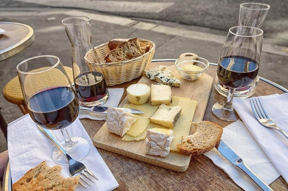 red wine and smoked gouda cheese tray