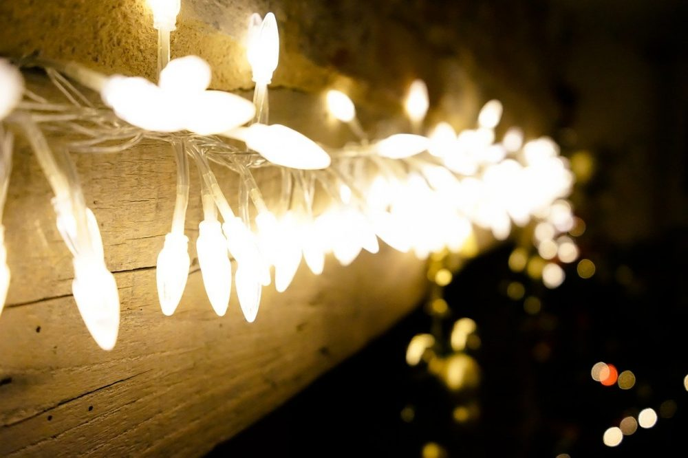 christmas string lights hanging without nails