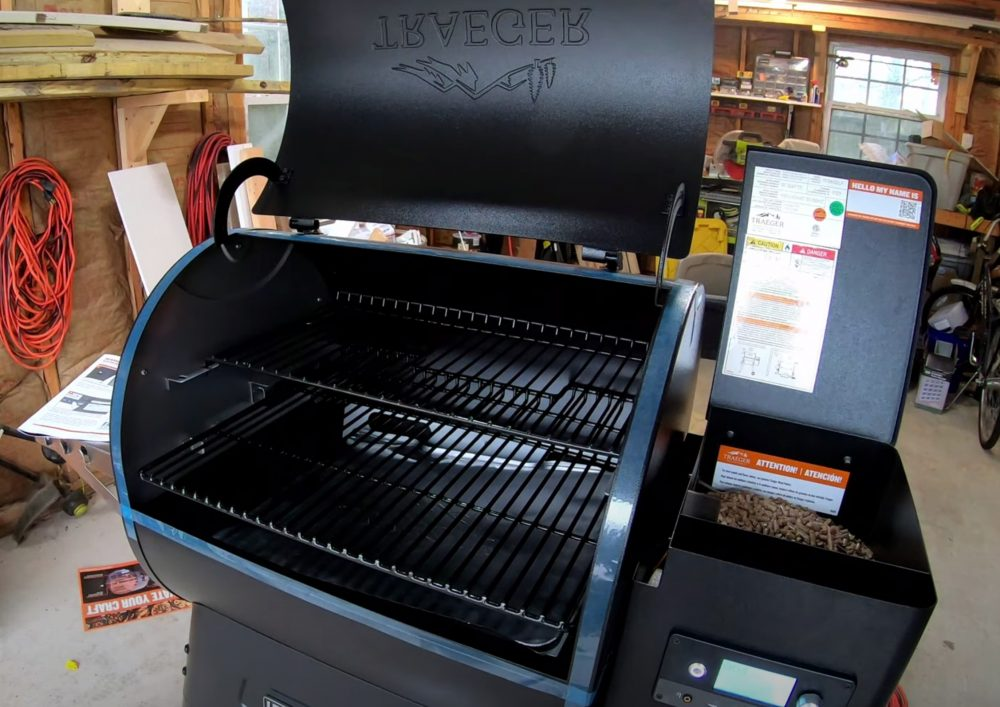 traeger ironwood 650 lid up showing cooking area